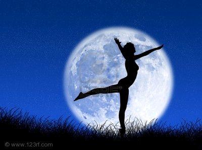 2216642-donna-che-balla-davanti-alla-luna