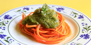 Spaghetti di carote con pesto di zucchine